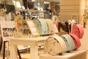キッズ家具・雑貨の通販サイト「こどもと暮らし」が、伊勢丹浦和店にて春に好評だったオリジナルランドセルの展示・販売を期間限定で開催。